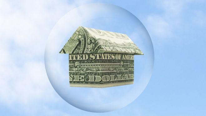 Burbuja con casa hecha de dólares