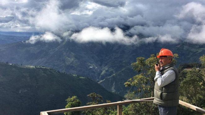 Carlos Sánchez vigila al volcán Tungurahua, en Ecuador. (Foto: Eliot Stein)