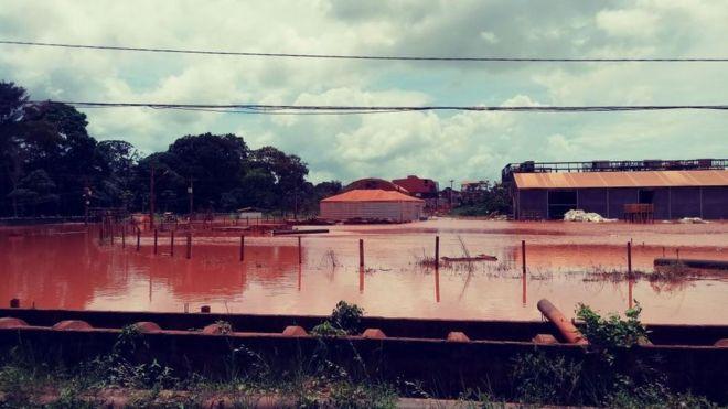 Resultado de imagem para vazamento de restos tóxicos de mineração, que contaminou diversas comunidades