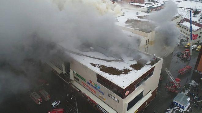 Un video proporcionado por el Ministerio de Emergencias de Rusia muestra un incendio en un centro comercial en Kemerovo.