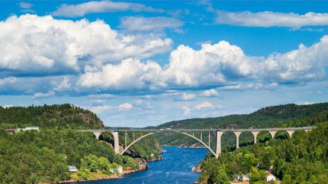Puente en el estrecho