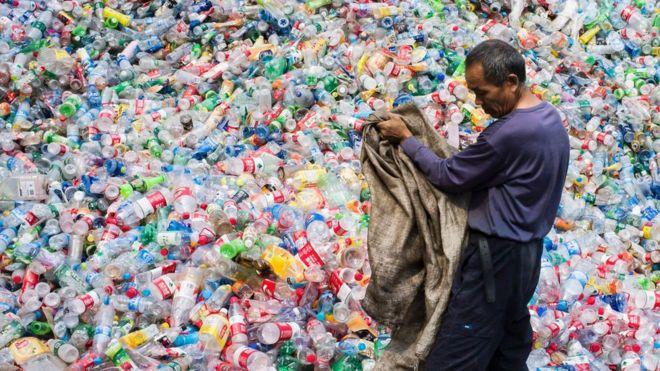 Un trabajador chino trabaja con desechos plásticos.