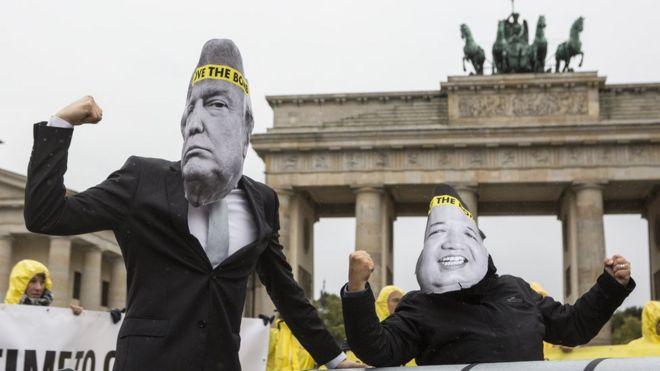 Pacifistas fazem protesto na Alemanha contra retórica de ameaças de Trump e Kim Jong Un, retratados com máscaras