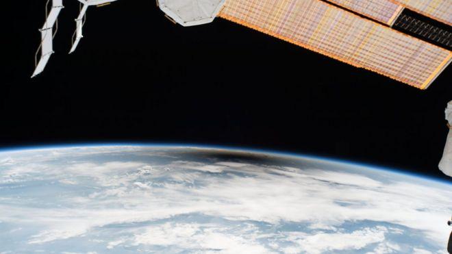 Amerika Birleşik Devletleri'ndeki milyonlarca insan göbek kadar yavaş tutulmasını veya ayın gölgesini geçtiklerinde, yalnızca altı kişi uzaydan umbra'ya tanık oldu. NASA'nın Randy Bresnik, Jack Fischer ve Peggy Whitson, ESA (Avrupa Uzay Ajansı) Paolo Nespoli ve Roscosmos'un Komutanı Fyodor Yurchikhin ve Sergey Ryazanskiy, yörüngedeki tutulumu izliyordu. Uzay istasyonu 250 km'lik bir yükseklikte kıta Amerika Birleşik Devletleri'nin üzerinde yörüngede dolaşırken tutulmanın yolunu üç kez geçti.
