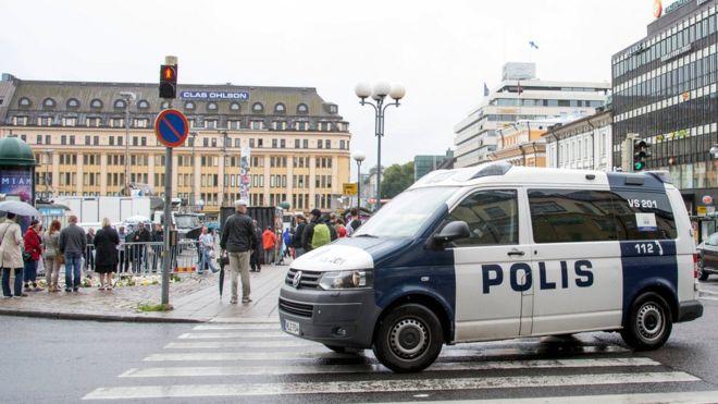 الشرطة في موقع الحادت بمدينة توركو الفنلندية غداة الهجوم