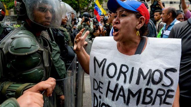Una manifestante confronta a la policía