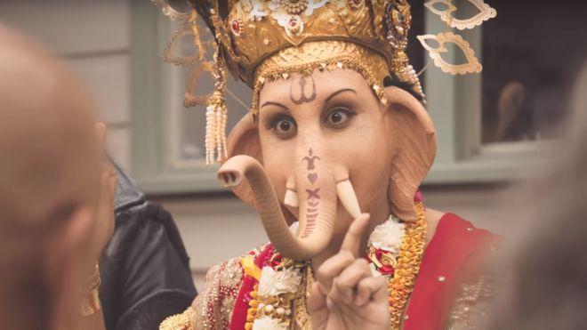 أثار الإعلان جدلا بعد تجسيد الإله الهندوسي غانيشا
