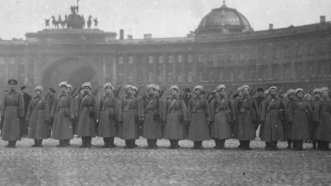 Женский батальон во время защиты Зимнего дворца в петрограде 1917 года