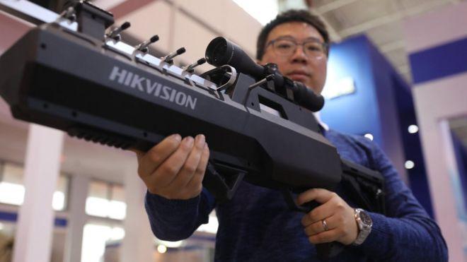 北京武器裝備展上的反無人機槍。