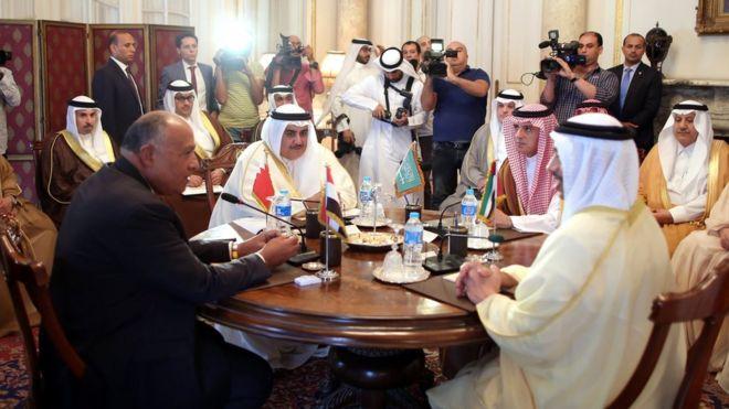 Çarşamba günü Mısır'da biraraya gelen dört Arap ülkesinin dışişleri bakanları (Soldan sağa): Sameh Şükri, (Mısır) Halid bin Ahmed el-Halife (Bahreyn), Adel el-Cübeyir (Suudi Arabistan) ve Abdullah bin Zayed el-Nahyan (Birleşik Arap Emirlikleri).