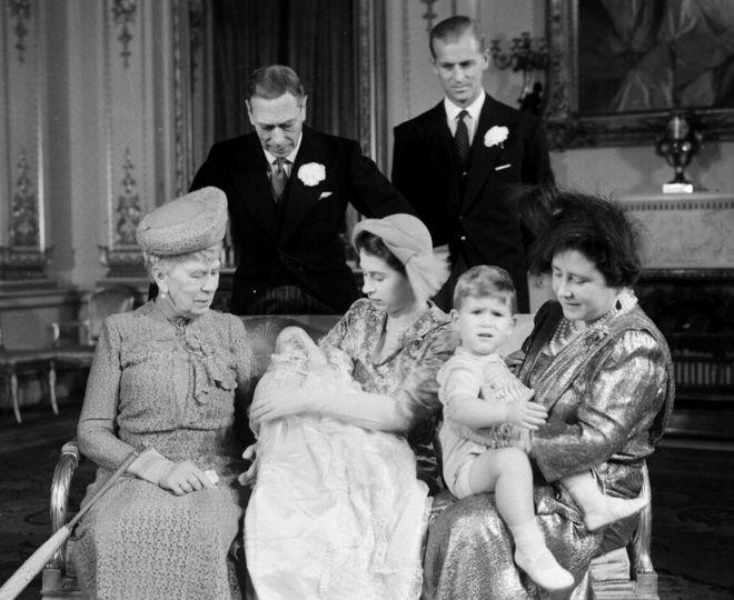 Công chúa Anne ra đời năm 1950. Trong ảnh, công chúa và gia đình trong lễ rửa tội ở Cung điện Buckingham năm 1950
