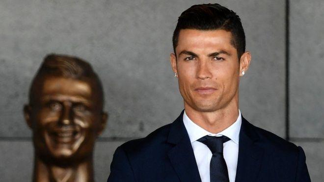 Dengan raut wajah percaya diri, bintang Real Madrid dan model Armani itu menghadiri peresmian bandara di pulau Madeira, Portugal.(Foto/AFP)