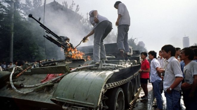 1989年6月4日,天安門廣場附近的一輛裝甲輸送車在燃燒