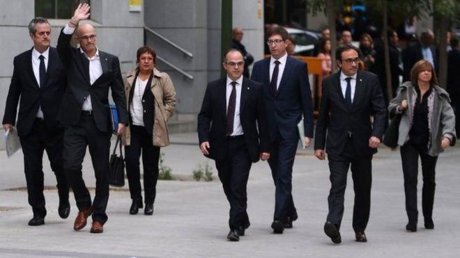 Семеро из восьми быших членов кабинета министров Каталонии пришли на суд вместе