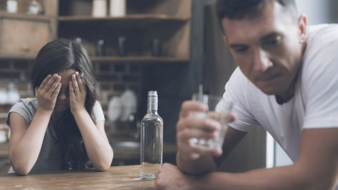 İngiltere'de '200 binden fazla çocuğun ebeveyni alkolik'