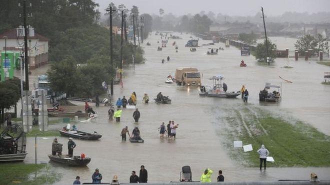 Lượng mưa lớn chưa từng có gây ngập nặng ở nhiều khu vực thuộc Houston.