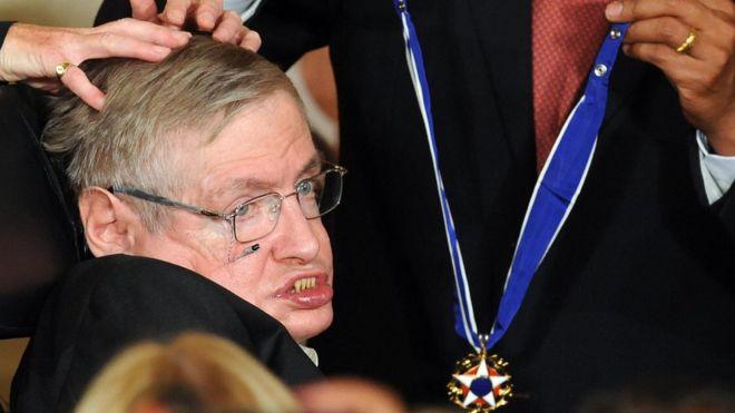 استیون هاوکینگ برنده جایزه متعددی در ریاضیات و علوم شد. او در سال ۲۰۰۹ نشان افتخار آزادی رئیسجمهوری را از دست باراک اوباما گرفت