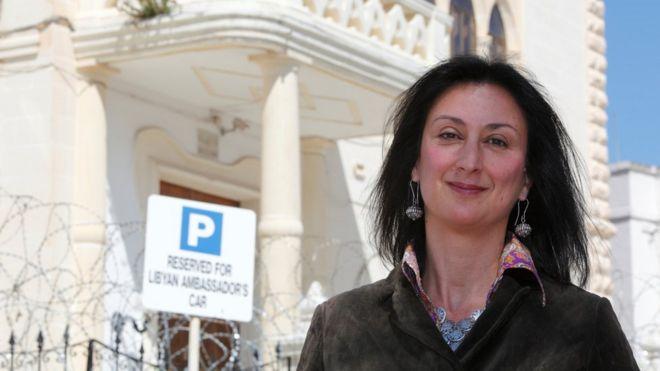 Daphne Caruana Galizia posa frente a la embajada de Libia en La Valeta, Malta, el 6 de abril de 2011.