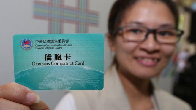 台灣的僑委會為返台參加雙十節慶典的僑民發行僑胞卡,憑卡可以在特約商店取得優惠。