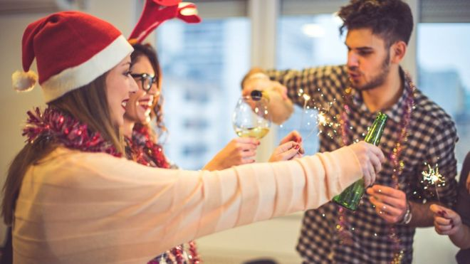 Руководство компаний может ограничить количество спиртного на рождественском корпоративе, посчитав, что именно алкоголь провоцирует опасное поведение