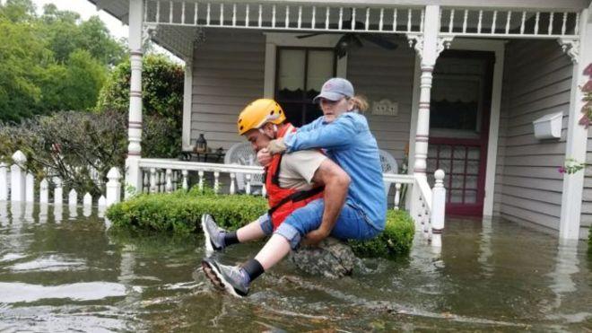 Una mujer rescatada de las aguas en Houston
