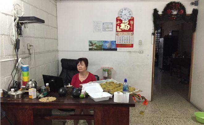Li Zhong sentada en su tienda de San José, atendiendo a clientes durante la Semana Santa.