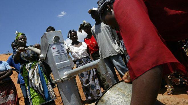 Des femmes mozambicaines puisent de l'eau d'une pompe nouvellement offerte par la Croix-Rouge en 2006 (illustration).