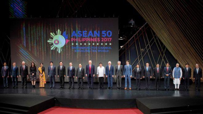 菲律賓馬尼拉東盟峰會開幕式上各與會國家領導人合照(13/11/2017)
