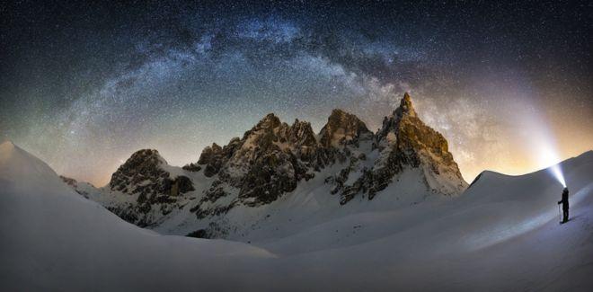 Cielo estrellado sobre unas colinas de Oregon