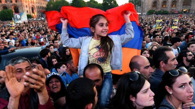 Manifestantes que apoyan al líder Nikol Pashinyan en un acto en Yerevan.