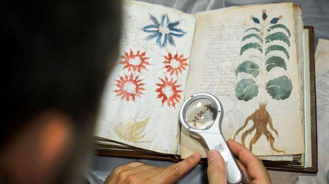 Un hombre de la editorial Siloé trabaja en la réplica del Manuscrito Voynich.