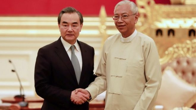 緬甸總統廷覺(右)在總統府會見外交部長王毅(左)。