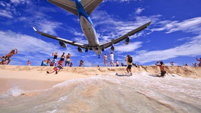 Avión volando cerca de los bañistas en San Martín.