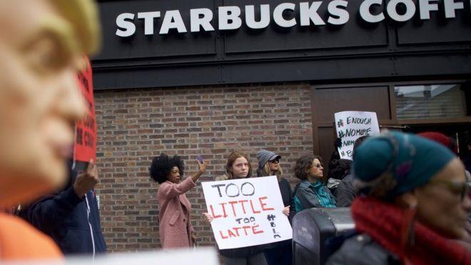 Starbucks sipariş vermek için arkadaşlarını bekleyen müşterileri gözaltına aldırdı, CEO özür diledi