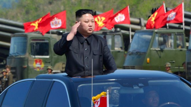 Kim Jong-un em desfile militar
