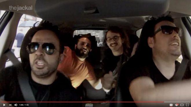 Los italianos de The Jackal con Luis Fonsi cantando en el auto.