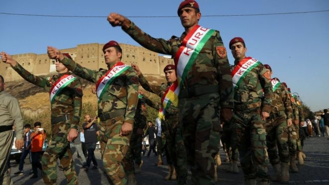 مقاتلون من البيشمركة خلال مسيرة مؤيدة لإجراء الاستفتاء
