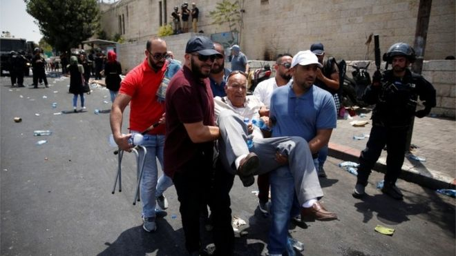 Palestinians carry a casualty in Jerusalem's Old City (21/07/17)