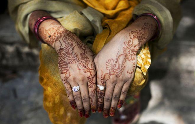 Manos de mujer decoradas con henna.