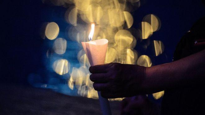 Mano sujetando una vela