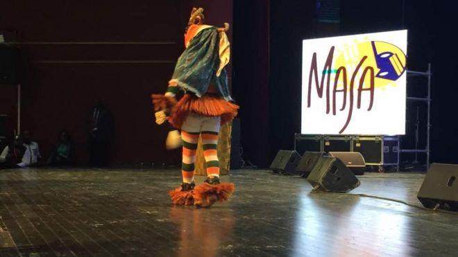 Prestation d'un danseur masqué au Palais de la Culture d'Abidjan