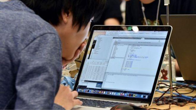 一名男子正看著電腦