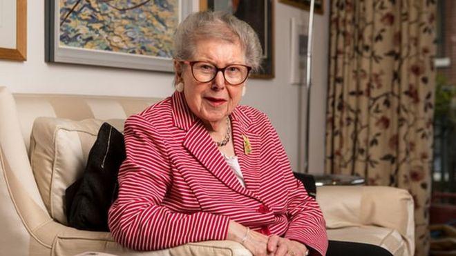 Por qué salí del armario a los 91 años: el testimonio de Barbara Hosking, la mujer que trabajó toda su vida en el centro del poder británico