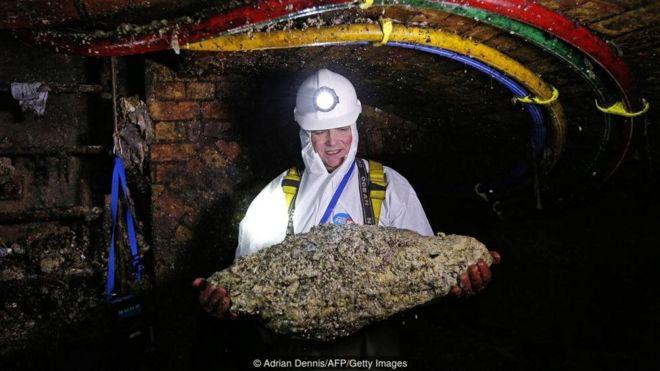 Viên kỹ sư này bên trên tay một khối mỡ thải đông đặc thu được trong quá trình ông làm việc tại khu vực ngã tư nối hệ thống nước thải của phố Regent Street ở trung tâm London