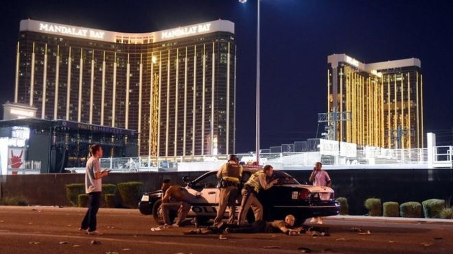 Polícia armada é vista do lado de fora do hotel Mandalay Bay