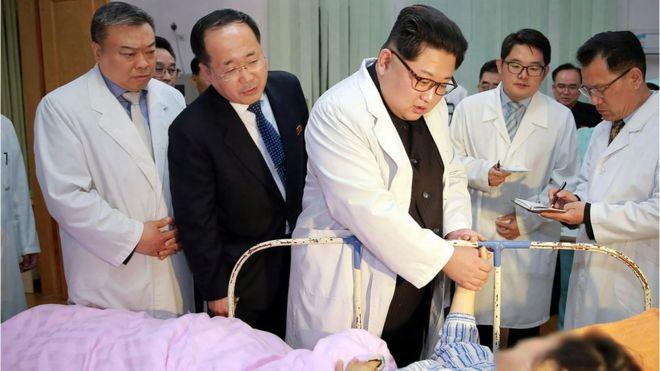 朝鮮領導人金正恩親自到醫院探訪了車禍事故中的中國傷員。照片左第一位是中國駐朝鮮大使李進軍