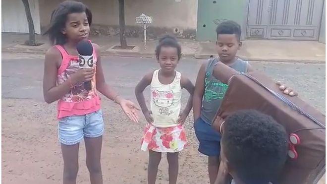 Resultado de imagem para Menina de 11 anos viraliza com reportagens de brincadeira para denunciar problemas da periferia