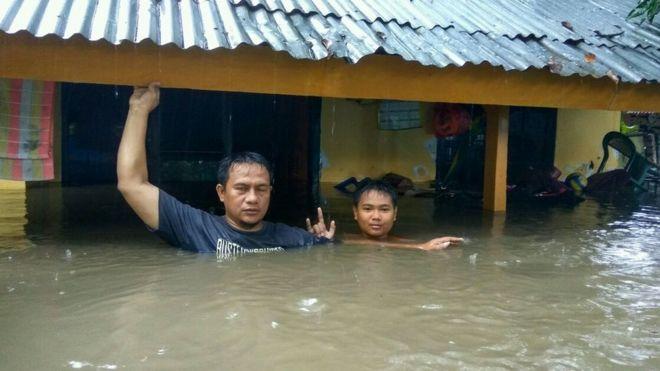 Warga sebuah desa di Bima, yang dumahnya terendam hingga ketinggian lebih dari 1 meter.