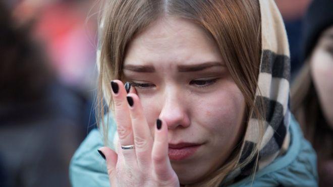 Una mujer llora en Kemerovo tras el incendio que causó la muerte de al menos 64 personas, la mayoría niños.