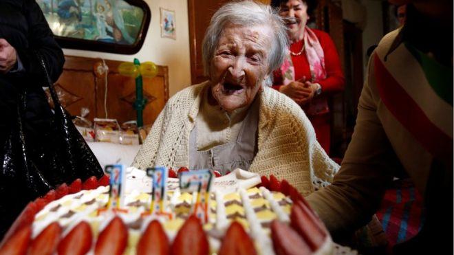 Emma Morano com seu bolo de aniversário